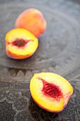 Pfirsiche auf orientalischem Tablett