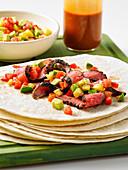 Sous-Vide-Fajitas mit Carne Asada und Avocado-Ananas-Salsa
