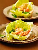 Sous-Vide-Garnelen in Salat-Wraps mit würziger Erdnusssauce