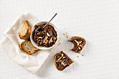 Low-carb pecan nut and chocolate cream
