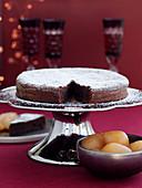 Angeschnittener Schokoladenkuchen auf Kuchenständer