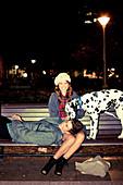 Junges Pärchen mit Dalmatiner auf Straßenbank