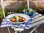 Paprikaröllchen mit Frischkäsefüllung auf Salat