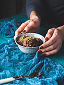 Dunkle Schokoladencreme mit Nüssen im Schälchen