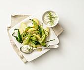 Kartoffelsalat mit Puntarelle und Dill-Joghurtsauce