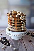 Popcorn Drip Cake mit Erdnussbuttercreme und Karamell