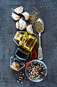 Zutatenstilleben: Essig, Öl, Knoblauch und Gewürze (Aufsicht)