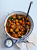 Spinach and chickpea balti (India)