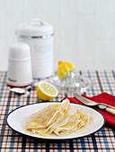 Einfache Crepes mit Zitronenzesten