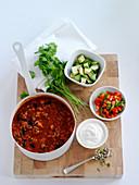 Bohnensuppe mit Sauerrahm, Paprika, Avocado und Koriandergrün