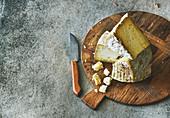 Verschiedene Käsesorten auf Holzschneidebrett