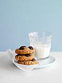 Nussplätzchen mit Chocolatechips und Glas Milch