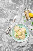 Räucherlachs-Ricotta-Ravioli mit Zitronenmelisse, Zitronenschale und schwarzem Pfeffer (Italien)