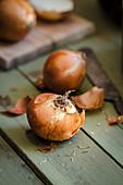 Speisezwiebeln auf Holzuntergrund