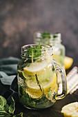 Wasser aromatisiert mit Zitrone, Limette und Minze (Detox)