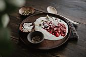 Jogurt mit hausgemachter Marmelade aus Wildbeeren und Chia
