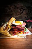 Üppiges Steak Sandwich mit Spiegelei