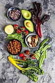 Gebratene Kichererbsen, Tomaten, Avocado, Mangold, Zuckerschoten, Räuchertofu, Sprossen und Zitrone