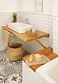 Ablage an der Badewanne und Waschtisch aus Holz