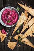Rote-Bete-Hummus mit Tortilla Chips zum Dippen (Aufsicht)