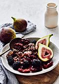 Glutenfreie Buchweizen-Cashew-Clusters mit Trockenpflaumen, Beeren und Feigen