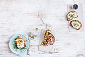 Toasts mit pochiertem Ei und Lachs, Kürbiskernbrot mit Schinkencreme und Baguette mit Roastbeef