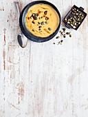 Butternusskürbissuppe mit gerösteten Kürbiskernen und Kernöl (Low Carb)