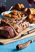 Lammbraten mit Knoblauch und Rosmarin, Gemüse und Yorkshier Pudding