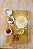 Süße Salatsauce mit Sahne und Honig