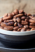 Cocoa beans in a bowl (close-up)