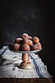 Hüttenkäse-Donuts auf Kuchenständer