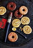 Doughnut-Kringel und Cinamon-Roll-Swirls