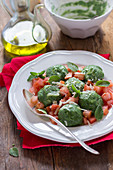 Spinatgnocchi mit rohen Tomaten, Käse und Basilikum