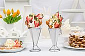 Mehrere Bubble Waffle mit Erdbeeren, Sahne, Frozen Yoghurt und Schokolade