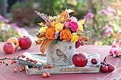 Herbst-Strauß aus Rosen, Hagebutten, Heide und Blättern