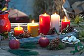 Kerzen und Zapfen auf Holz-Untersetzer