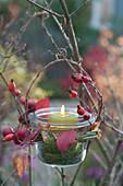 Einmachglas als Windlicht an Baum gehängt