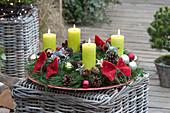 Adventskranz aus Kiefer mit roten Filz-Schleifen und grünen Kerzen