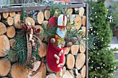 Nikolaus-Schuh an Brennholz-Regal