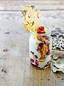 Joghurtspeise mit Früchten, Keksbröseln und Mandelkrokant (Anzac Day, Australien)