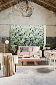 Rosa- und cremefarbene Polstermöbel in einer alten Scheune