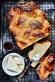 Challah (Hefezopf) mit Butter