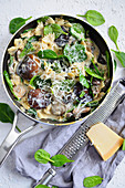 Pasta with parmesan, mushrooms and spinach