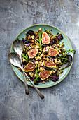 Salat mit Feigen, Rucola, Hülsenfrüchten, Blumenkohl und Käse