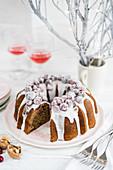 Weihnachtlicher Napfkuchen mit Cranberries und Zuckerglasur