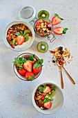 Müsli mit Joghurt, Erdbeeren und Kiwi