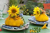 Herbstliche Servietttendeko mit Sonnenblumen und Kürbis