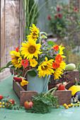 Erntedank-Strauß mit Sonnenblumen und Kapuzinerkresse
