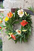 Kranz aus Lorbeer und Blüten von Kapuzinerkresse
