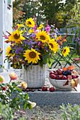 Bunter Herbst-Strauß mit Sonnenblumen und Astern
